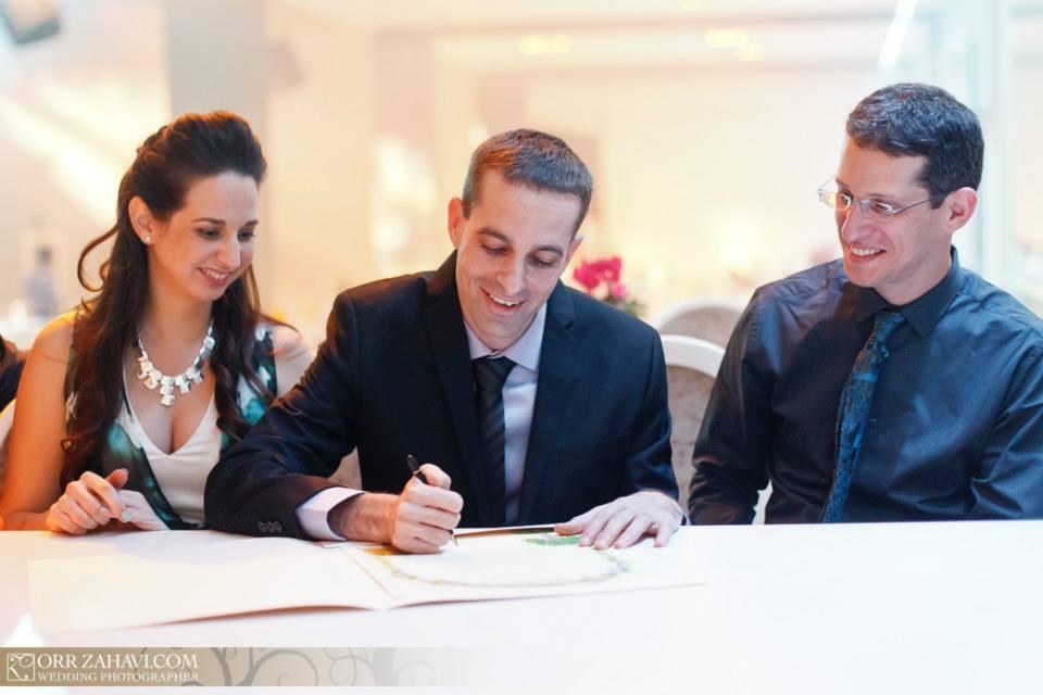 חותמים על הכתובה בחתונה של אלון ואושר